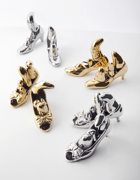 ©Yayoi Kusama 「Bow Shoes」/2013 年 セラミック ed.30+AP/Right (approx) 22.5×8×h16.2cm/Left (approx) 22×9.5×h15.8cm/ 						「Strap Shoes」/2013 年 セラミック ed.30+AP/Right (approx) 23×7.5×h17cm/Left (approx) 23×7.5×h20cm